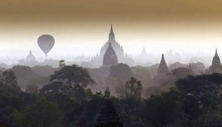 Montgolfières flottant dans le ciel brumeux de Bagan, Myanmar (Wolfe Art) - Muzeo.com