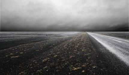 Paysage plat d'une route isolée (Howard Kingsnorth) - Muzeo.com
