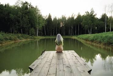 Une fille au bord de l'etang (Gudermane Natasha) - Muzeo.com