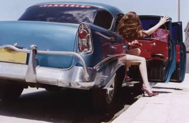 Femme dans une voiture ancienne (Jeanette Jones) - Muzeo.com
