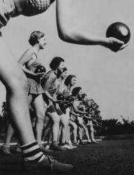 30TH OF DECEMBER 1936. SAN DIEGO. CALIFORNIA. GIRLS AT BOWLING (Keystone) - Muzeo.com