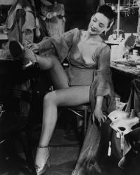 AMERICA, UNITED STATES, NEW YORK, JOAN MANNERS PUTTING ON HER SHOE (Keystone) - Muzeo.com