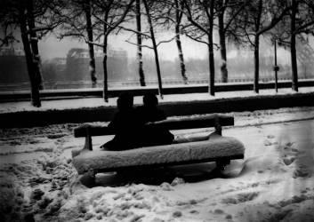 AMOUREUX SOUS LA NEIGE A PARIS EN 1946 (Keystone) - Muzeo.com