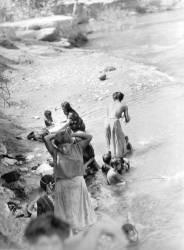 Baignade dans la rivière près de Tehuantepec, Mexique (Tina Modotti) - Muzeo.com