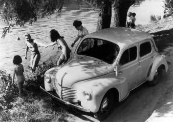 Baignade d'une famille en Renauld 4C, vers 1946 (Keystone) - Muzeo.com