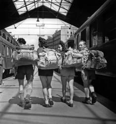 Campeurs avec de gros sacs à dos (anonyme) - Muzeo.com