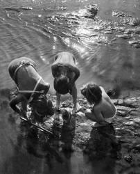 Jeunes crevettiers en vacances à Bexhill-on-sea (Umberto anonyme) - Muzeo.com