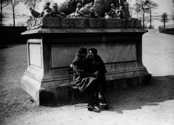 COUPLE D'AMOUREUX, JARDIN DES TUILERIES, PARIS 1932 (Keystone) - Muzeo.com
