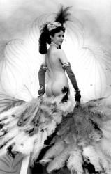 Diva nue dansant avec des plumes dans un cabaret. (Umberto anonyme) - Muzeo.com