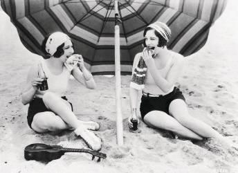 DOROTHY SEBASTIAN ET JOAN CRAWFORD A LA PLAGE 1925-1935 (Keystone) - Muzeo.com
