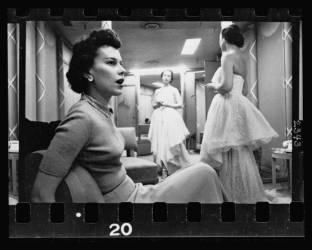 Femme assise sur une chaise tandis qu'une autre femme confectionne une robe (Stanley Kubrick) - Muzeo.com