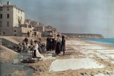 Femmes lavant le linge familial sur la plage, Italie, 1934 (Hildenbrand Hans) - Muzeo.com
