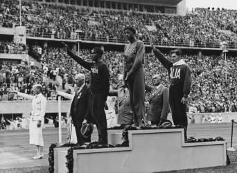 Gagnants de la course de 800 mètres sur le podium des vainqueurs aux Jeux olympiques de Berlin en 1936 (Anonyme) - Muzeo.com