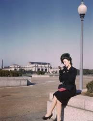 Jeune femme se mettant du rouge à levre (Anonyme) - Muzeo.com