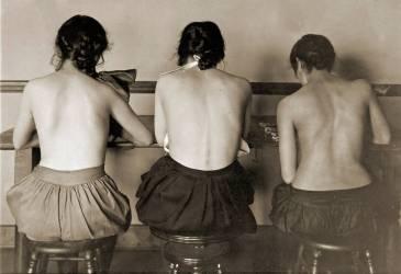 Jeunes filles à la machine à coudre (Lewis Wickes Hine) - Muzeo.com
