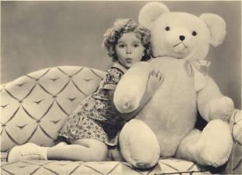 L'actrice americaine enfant Shirley Temple (nee en 1928) posant pour une publicite avec un ours en peluche geant vers 1937 (Umberto anonyme) - Muzeo.com