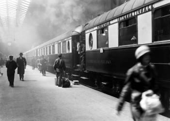 L'arrivée du train de luxe à la gare de Lyon à Paris (Umberto anonyme) - Muzeo.com