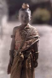 L'enfant pose avant la cérémonie de la coupe des cheveux, Phnom Penh au Cambodge (Gervais-Courtellemont Jules) - Muzeo.com