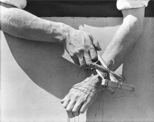 Les mains du marionnettiste (Tina Modotti) - Muzeo.com