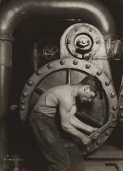 Mécanicien travaillant sur une machine à vapeur (Hine Lewis Wickes) - Muzeo.com