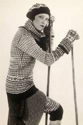 Mode, saison hiver : portrait d'une femme posant en tenue de ski (pull en laine). (Anonyme) - Muzeo.com