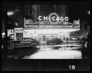 Personnes arrivant au théâtre de Chicago pour le spectacle mettant en vedette Jack Carson, Marion Hutton et Robert Alda (Kubrick Stanley) - Muzeo.com