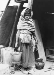 Petite fille portant de l'eau, Mexique (Tina Modotti) - Muzeo.com