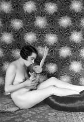 Photographie erotique : Femme nue avec une peluche de lapin dans les mains. (Umberto anonyme) - Muzeo.com