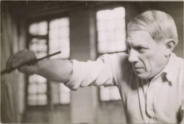 Picasso avec un pinceau dans l'atelier des Grands-Augustins (Dora Maar) - Muzeo.com
