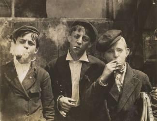 Trois jeunes vendeurs de journaux fumant, Saint-Louis, Missouri (Lewis Wickes Hine) - Muzeo.com