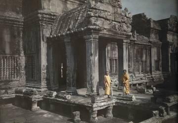 Deux moines bouddhiste à la porte d'Ankor Wat, Cambodge (W. Robert Moore) - Muzeo.com