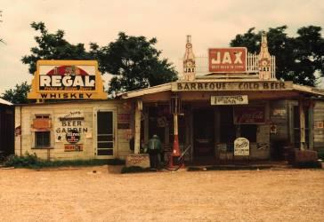 Un bar et une station essence dans la région des plantations, Melrose (Wolcott Marion Post) - Muzeo.com