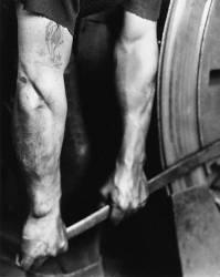 Un cheminot resserant la roue (Lewis Wickes Hine) - Muzeo.com