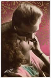 Un couple d'amoureux embrasses passionement, la femme leve la tete vers l'homme qui l'embrasse. (Umberto anonyme) - Muzeo.com