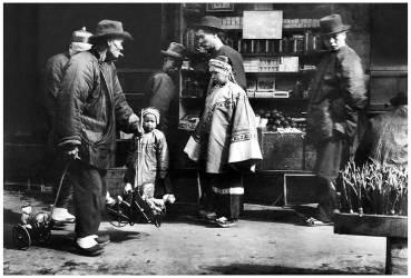 USA : Un vendeur de jouets itinérant observé par deux enfants chinois, Chinatown, San Francisco (Arnold Genthe) - Muzeo.com