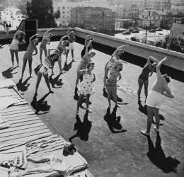 USA, CALIFORNIA, BUISINESS GIRLS DOING FITNESS ON THE ROOF (Keystone) - Muzeo.com