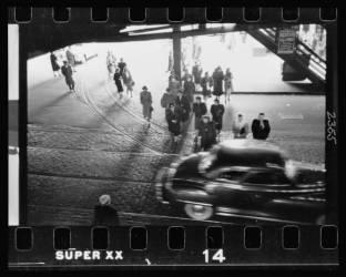 Vue du dessus d'une automobile et de piétons dans la rue au-dessous du métro aérien à Chicago, Illinois (Kubrick Stanley) - Muzeo.com