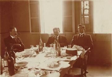 3 messieurs en fin de déjeuner (anonyme) - Muzeo.com