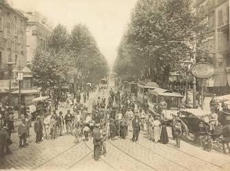 Boulevard parisien avec foule, voitures à cheval et tramway (anonyme) - Muzeo.com