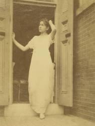 Caroline Eakins dans une robe Empire (Thomas Eakins) - Muzeo.com