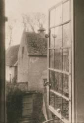 Depuis une fenêtre au manoir de Kelmscott (Frederick H. Evans) - Muzeo.com