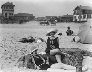 Deux Femmes à Long Beach, New York (Arnold Genthe) - Muzeo.com