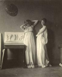 Deux modèles féminins en costume antique devant