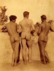 Etude de trois hommes nus (Wilhelm von Gloeden) - Muzeo.com