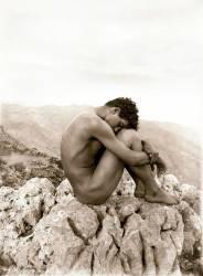 Etude d'un homme nu sur un rocher, Taormina, Sicile (Wilhelm von Gloeden) - Muzeo.com