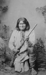 Geronimo tenant un fusil (Umberto anonyme) - Muzeo.com