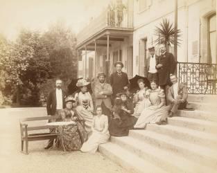 Groupe avec Gustave Eiffel sur les marches du Grand Hôtel d'Evian (anonyme) - Muzeo.com