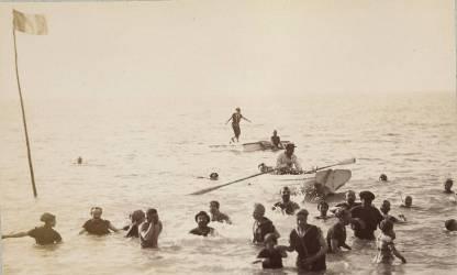 Groupe de baigneurs debout ou nageant dans la mer, et une barque (Eiffel Gustave) - Muzeo.com