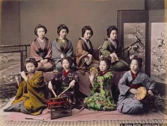 Groupe de Geishas jouant de la musique (Kusakabe Kimbei) - Muzeo.com