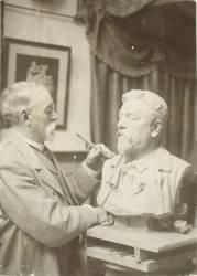 Gustave Crauk travaillant au buste de Gustave Eiffel (Anonyme) - Muzeo.com